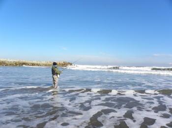 【ヒラメ釣り】冬のサーフの攻略法!ルアーやポイントなどは?